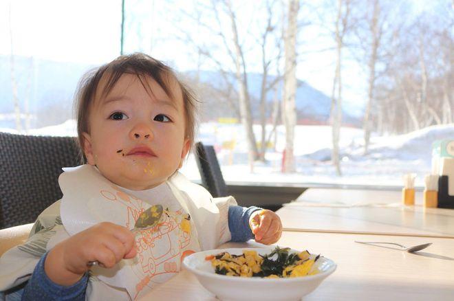Bé Yurri đã biết tự xúc ăn