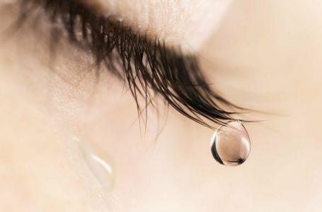 Nghĩ về tình yêu đã qua mà mắt ngấn lệ
