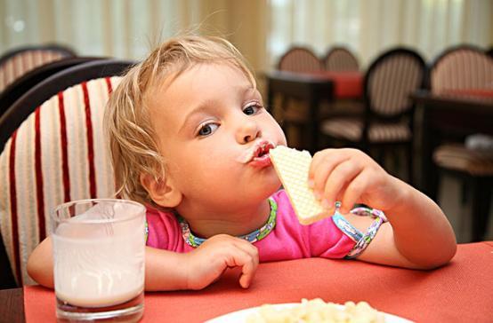 điều chỉnh thói quen xấu trong ăn uống của trẻ